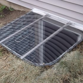 Stonewall metal well with sloped polycarbonate cover