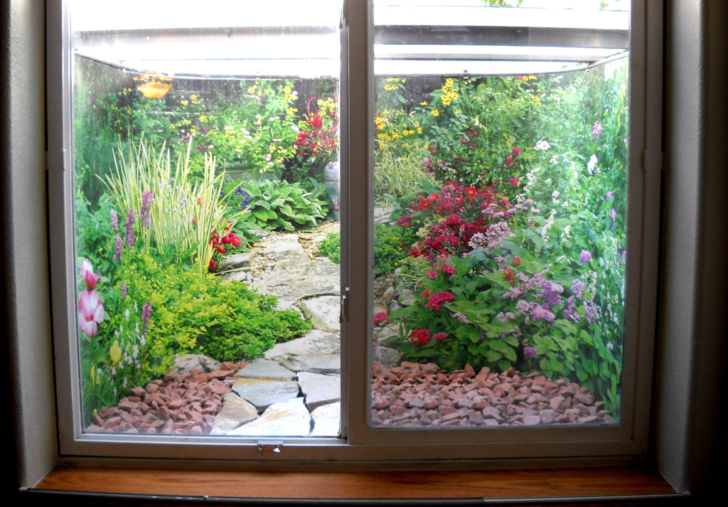 Decorative window well liners over 24 decorative scenes - Jardines interiores pequenos ...